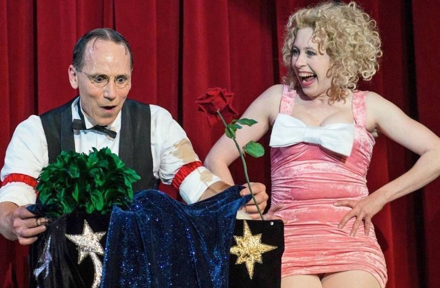 """Scott and Muriel"" bieten unterhaltsame Trash-Zauberei."