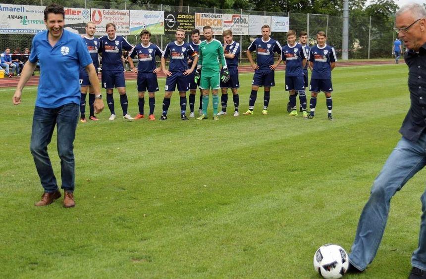 Wie gewohnt mit Schmackes eröffnete Stefan Mikulicz, Schirmherr der Fußball-Stadtmeisterschaft, am ...