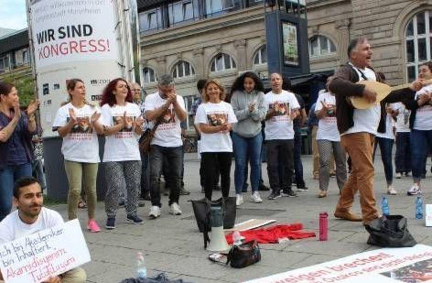 Die Kundgebung der Hungerstreikenden vor dem Hauptbahnhof.