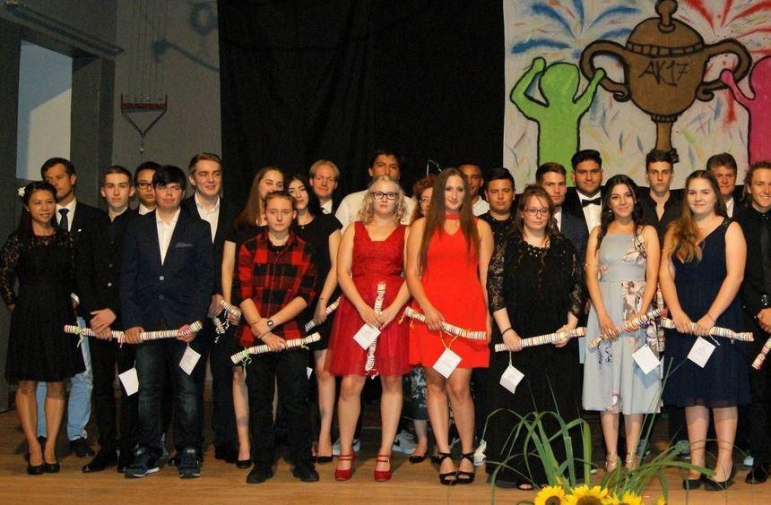 Die besten der vielen guten Absolventen der Seckenheimschule erhielten zur Freude von Rektor Achim ...