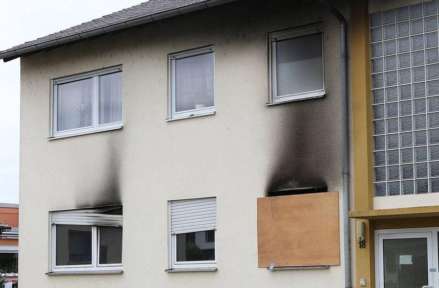 Brand in einem Mehrfamilienhaus in Biblis. Das Feuer war am Samstagabend in der Erdgeschosswohnung ...