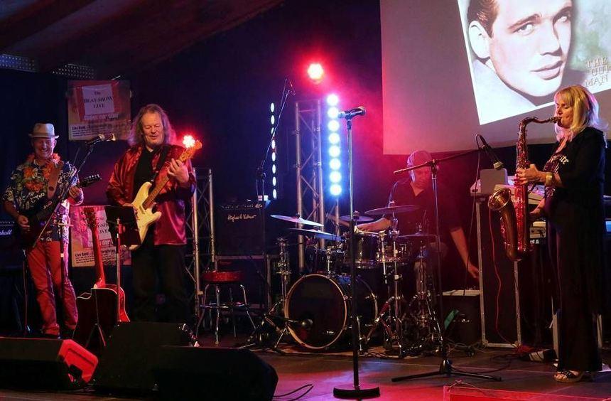 """Die Beat-Show- Band start mit dem legendären """"Peter Gun"""" - am Saxofon Bisi Mathes, Ron Mummert und ..."""