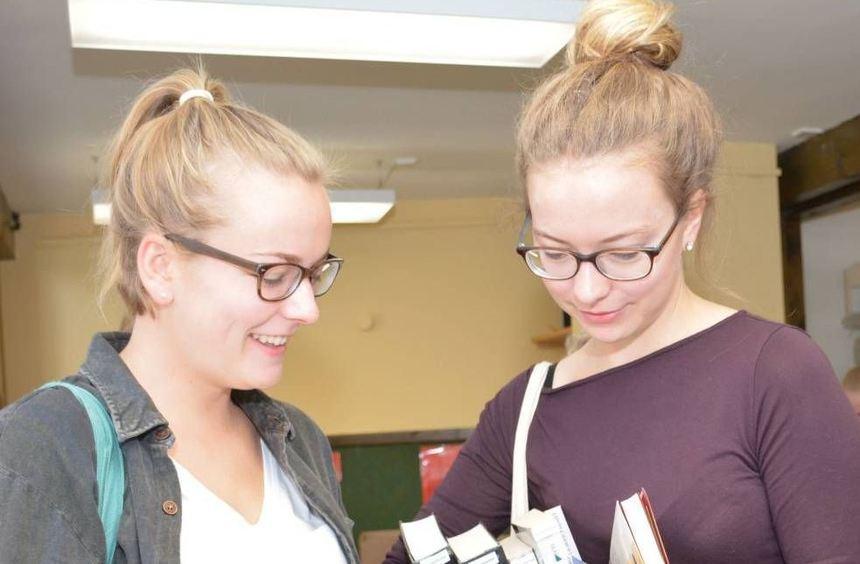 Maren Wilmes (l.) schaut nach Krimis und Romanen, ihre Schwester Corinna wird bei Fantasy-Literatur ...