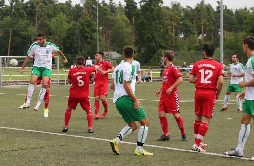 Das junge Team des TSV Amicitia (weiße Trikots) erarbeitet sich im Testspiel gegen den VfR Mannheim ...