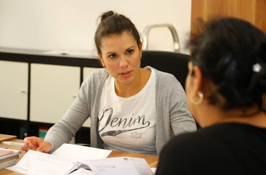 Die Bulgarin Elena Trendafilova berät beim Quartiermanagement in der Neckarstadt-West Zuwanderer ...