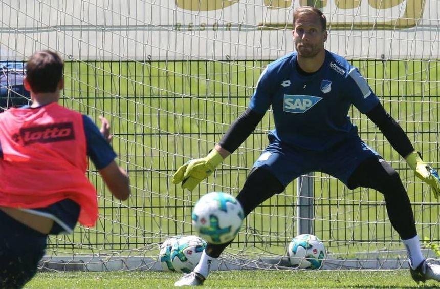Trotz Hitze in langer Hose und Langarm-Shirt: Oliver Baumann beim Training am Montag in ...
