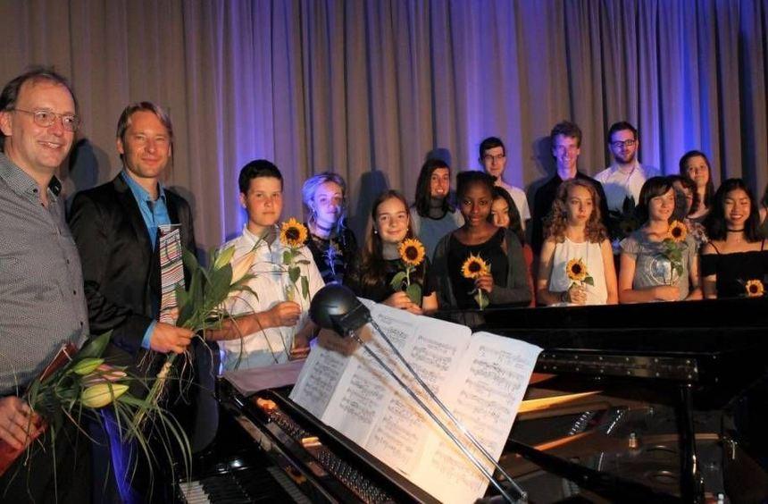 Pianist Ulrich Murtfeld (v. l.), Bassbariton Konstantin Wolff (Bassbariton) und die Schüler Max ...