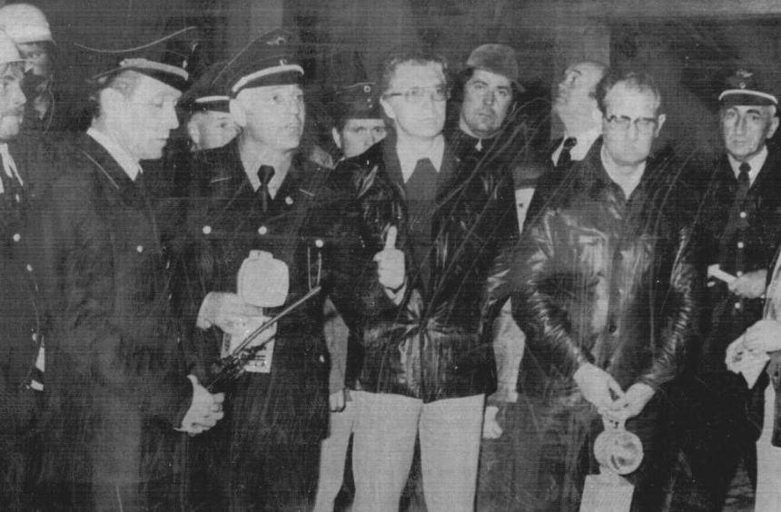 Albert Rauchholz (r.) bei einer Feuerwehrübung mit Kreisbrandmeister Walter Hohen-adel, Kommandant ...