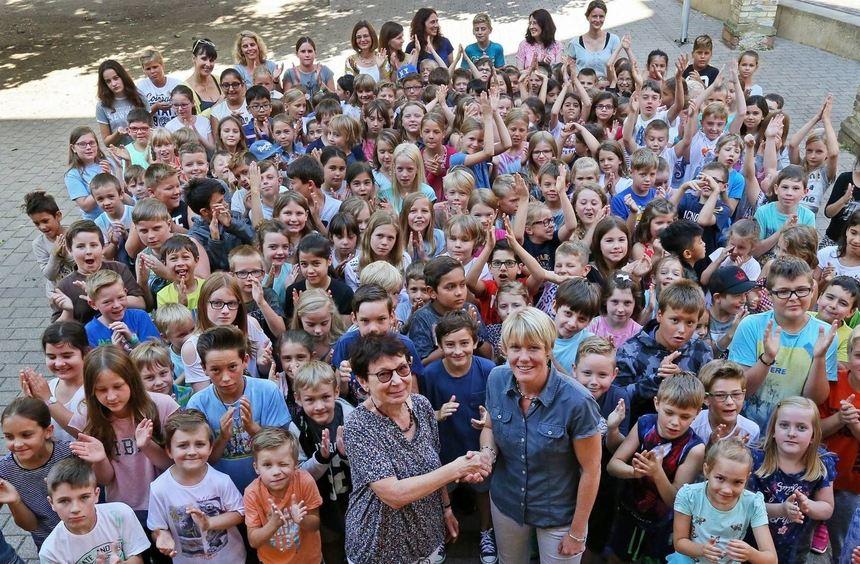 Renate Dvorak (links) erhält die Spende von Juliane Groß und ihren Schülern aller Altersstufen, die ...
