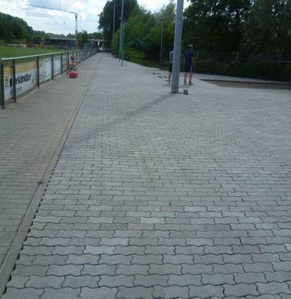Sauber gepflastert ist jetzt das Areal zwischen Sportplatz und Lauter.