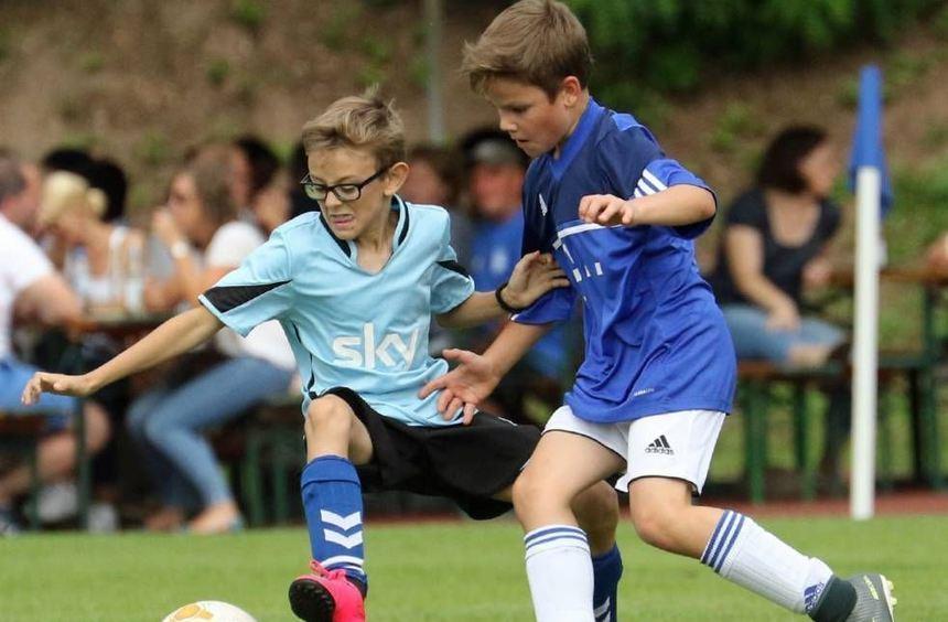 Die E-Junioren des TSV Kreuzwertheim (schwarze Hosen) und der Dorfkickers Mainschleife boten in ...