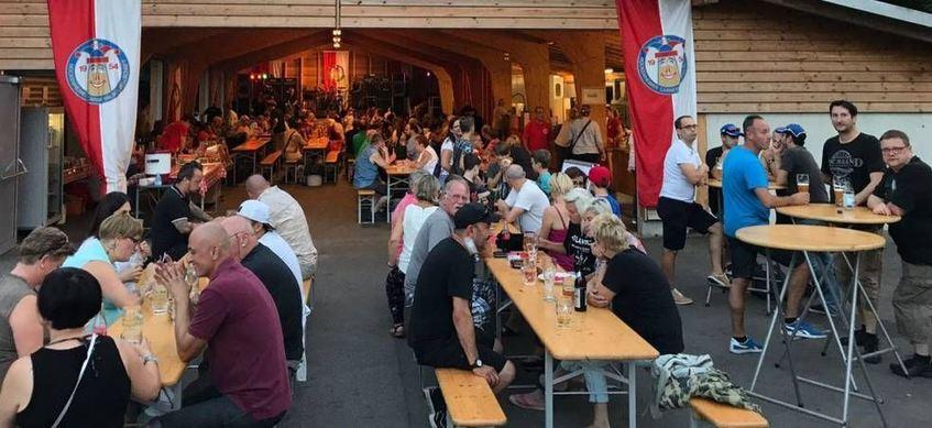 Gute Laune bei ebensolcher Musik: Die Besucher in und vor der Waldfesthalle genie- ßen bei der HCG ...