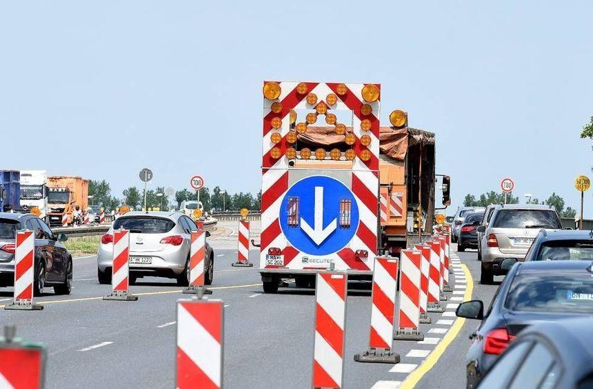 Seit Montag müssen sich Autofahrer bis 18. August auf der B 38a in beiden Richtungen durch eine ...