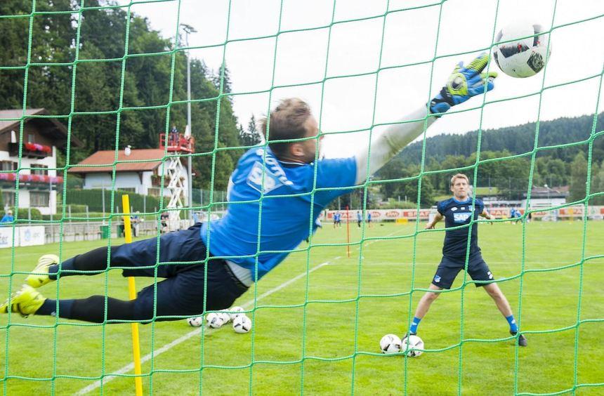 "Bei der Arbeit: Hoffenheims Torwart-Trainer Michael Rechner lässt Oliver Baumann ""fliegen""."