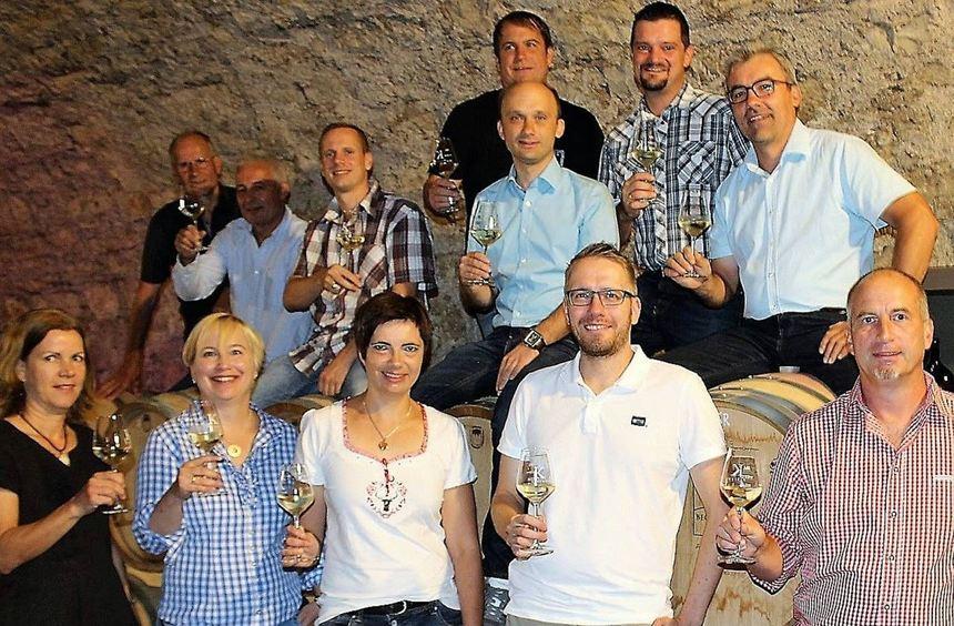 Zusammen mit Kellermeister Florian Döller freuen sich alle Beteiligten auf erfolgreiche und gut ...