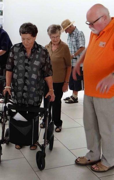 Peter Herchenhan von der Verkehrs-wacht gibt den Senioren wichtige Tipps zum richtigen und sicheren ...