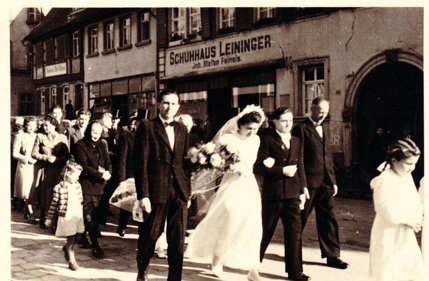 """Die Ausstellung """"Als Vermählte grüßen..."""" zeigt bis 20. August historische Fotos rund um das Thema ..."""