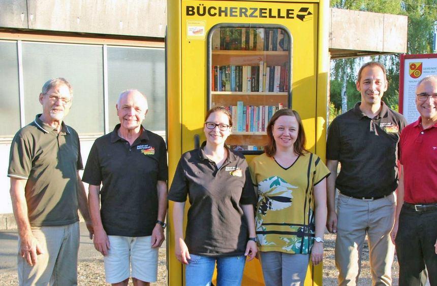 """Bei der Einweihungsfeier der neuen """"Bücherzelle"""" entstand dieses Bild, das Mitglieder des Heimat- ..."""