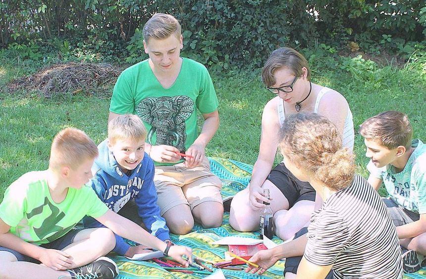 """Beim Musikprojekt im Rahmen des Ferienprogramms des Jugendzentrums """"Kiste"""" mit Thorsten Scharbert ..."""