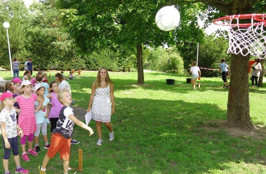 Die Kinder stellten schnell fest, dass es gar nicht so einfach ist, den Ball in den Korb zu werfen ...