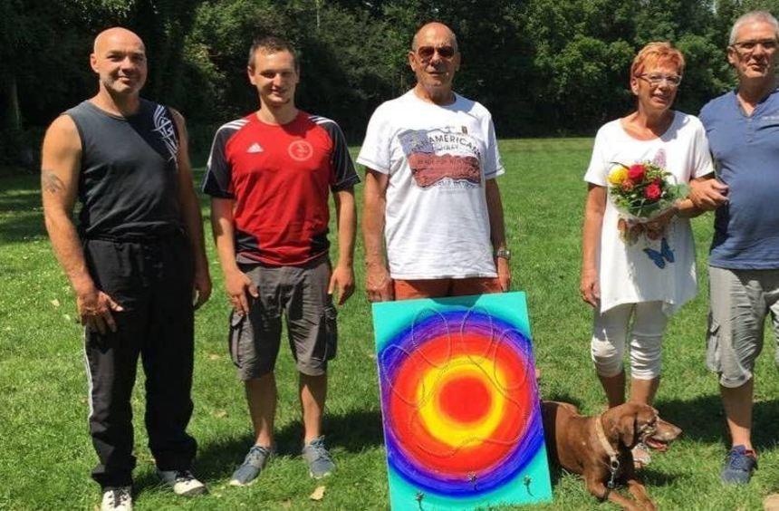 Carsten Winkler, Daniel Knaup (von links) und Robert Wagner (rechts) gratulierten Klaus und Sonja ...