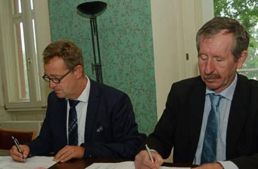 Schönung (links) und Weber bei der Vertragsunterschrift.
