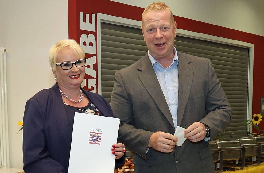 Stephanie Dekker hält die Ernennungsurkunde zur Direktorin der Erich Kästner-Schule in Bürstadt in ...