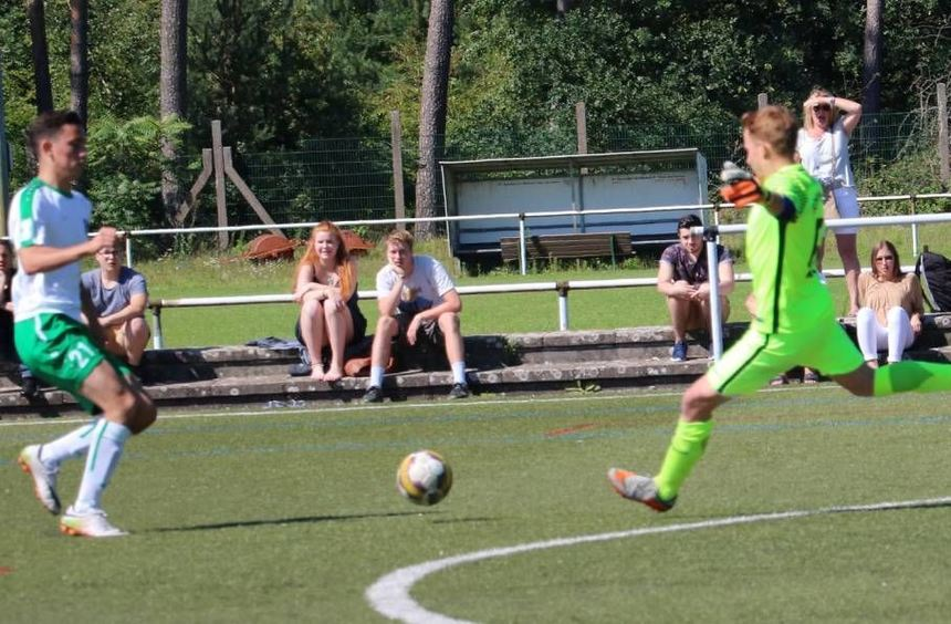 Auf den neuen SG-Keeper Silas Bartelt, hier im Derby beim TSV Amicitia Viernheim II, wartet am ...