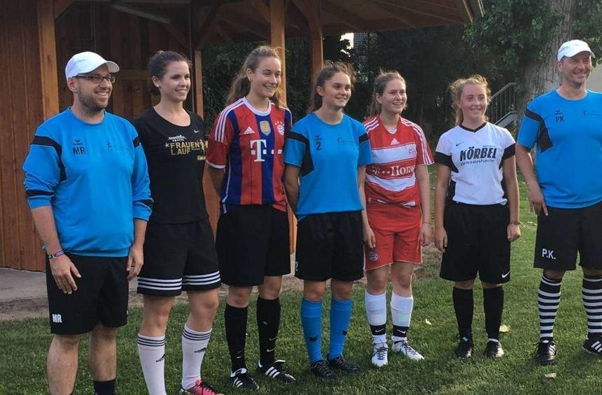 Co-Trainer Markus Rohr, die neuen Spielerinnen Natalie Schumann, Mara Jost, Pauline Kloskalla, Lea ...