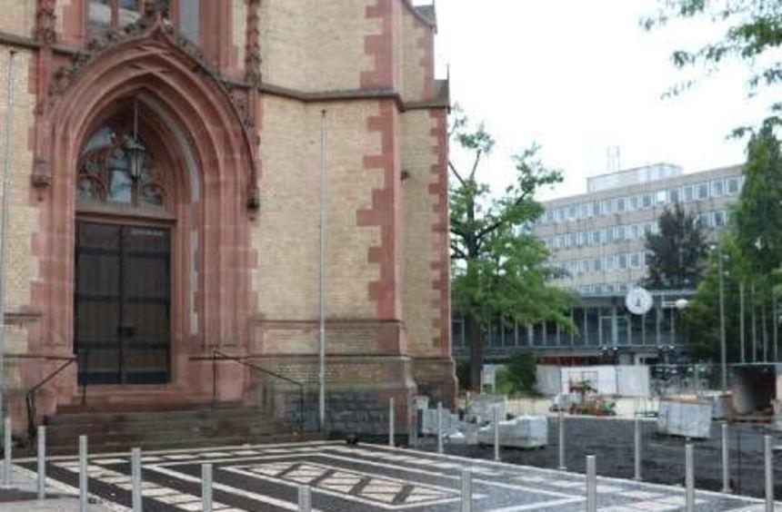 Das Mosaik vor der Apostelkirche schützen 18 Edelstahlpoller.
