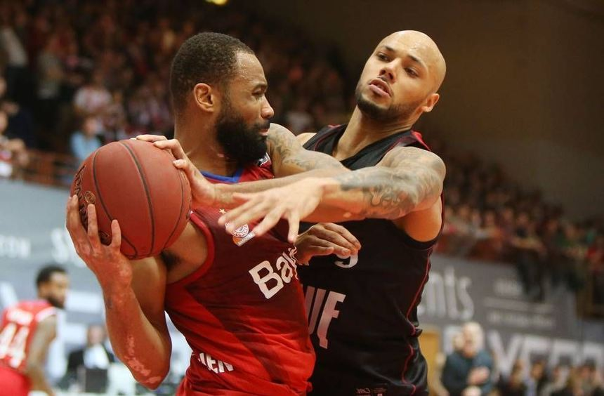 Maurice Stuckey (rechts) startet mit den Würzburger Basketballern mit dem Schlagerspiel gegen ...