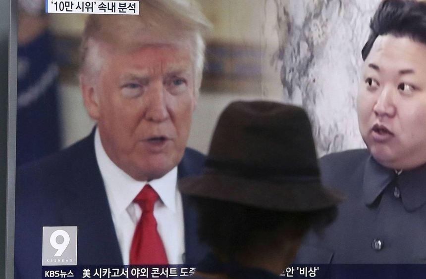 Ein Mann blickt in einer Bahnstation in Seoul, Südkorea, auf einen Monitor, auf dem von einem ...
