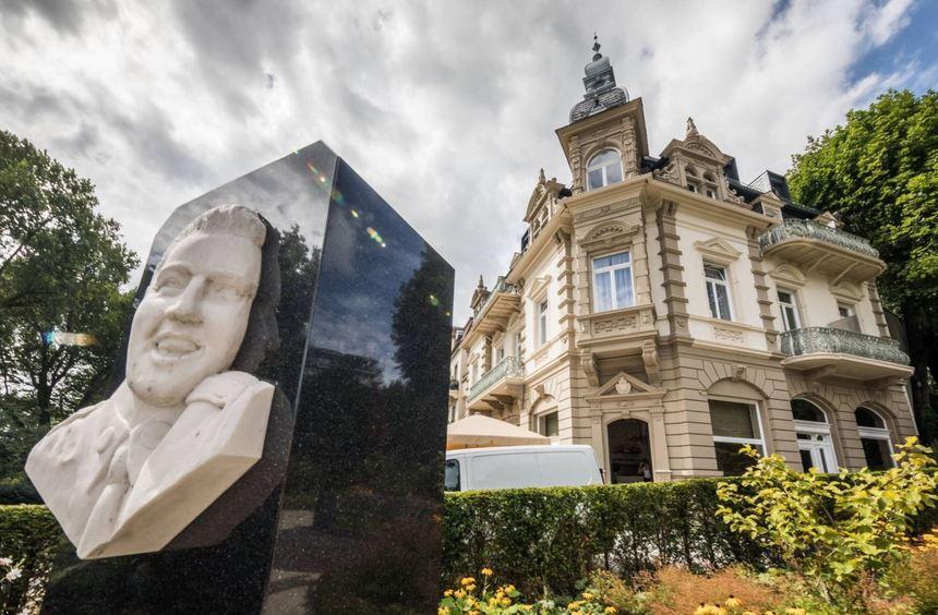 Ein Denkmal mit dem Relief von Elvis Presley, hinter dem das Hotel Villa Grunewald steht, in dem ...