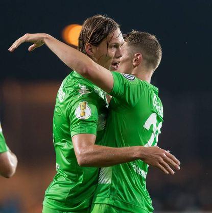 Gladbachs Jannik Vestergaard (l) und Matthias Ginter fallen sich nach dem Sieg über Essen ...