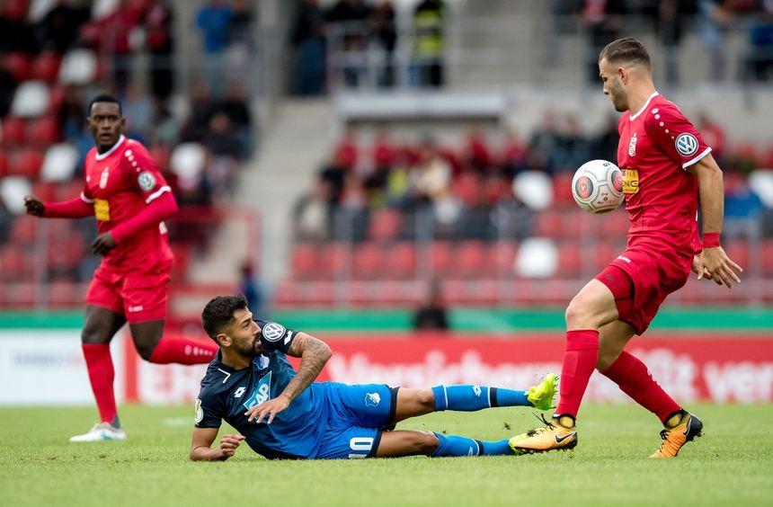 Erfurts Berkay Dabanli (r) und Hoffenheims Kerem Demirbay im Zweikampf um den Ball.