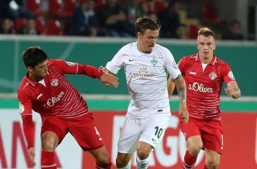 Oft genug waren die Bremer (in der Mitte Max Kruse) beim DFB-Pokalspiel gegen die Würzburger ...