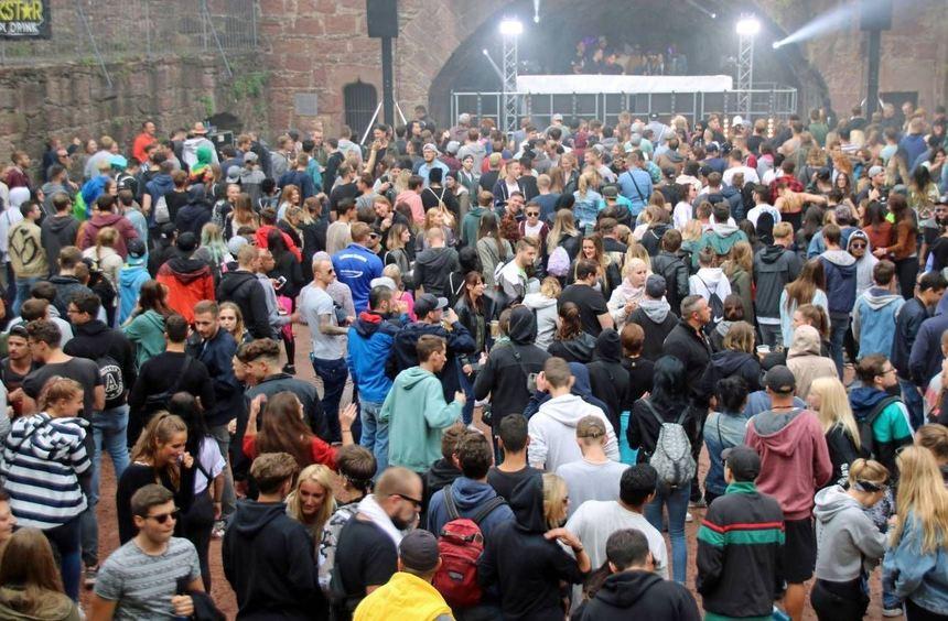 """Die Fans elektronischer Musik kamen bei der zweiten Auflage der Raverparty """"exit: ruine"""" am Samstag ..."""