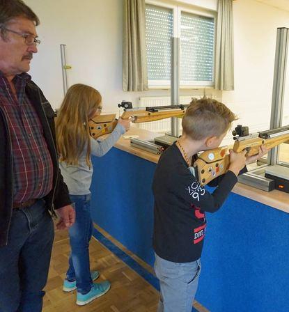 Hettinger Kinder duften sich beim Schützenverein im Bogen- und Luftgewehrschießen üben.
