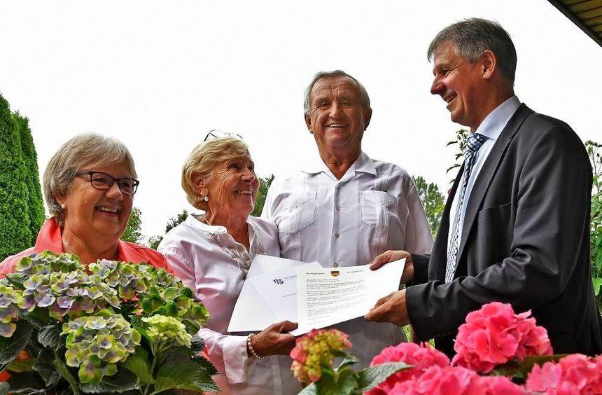 Karin Gärtner (links) und Bürgermeister Helmut Glanzner (rechts) gratulierten Christa und Werner ...