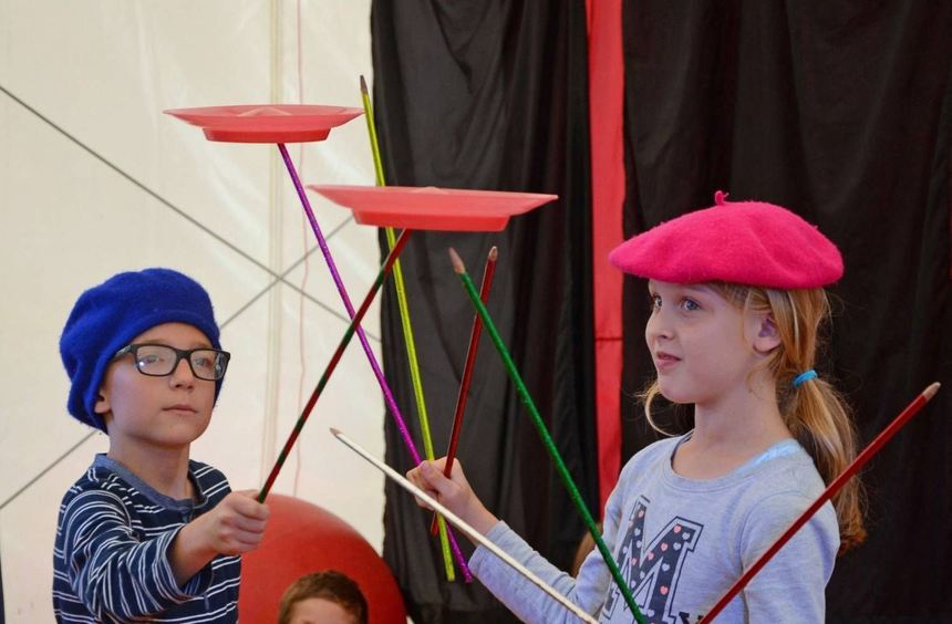 Ihr eigene Zirkusvorstellung kreieren die Kinder im Rahmen der Ferienbetreuung von VS, Landratsamt ...