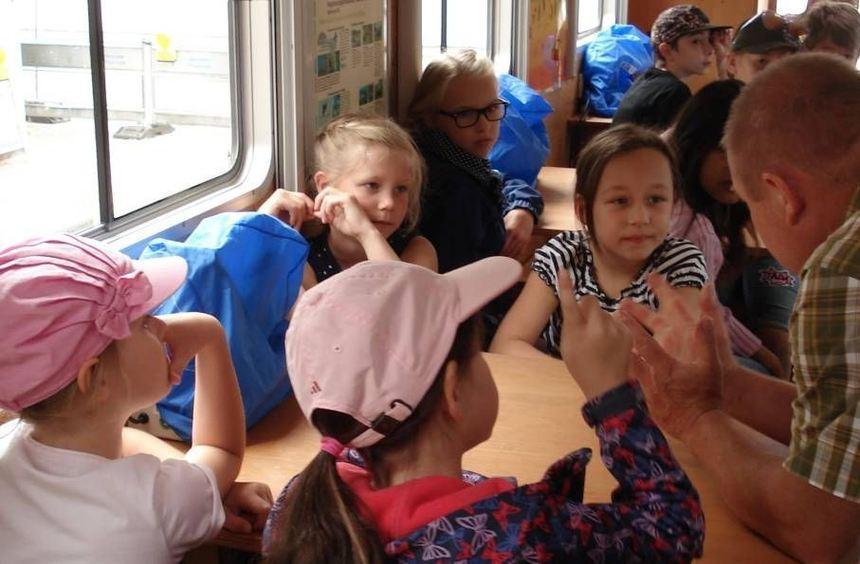 """Ralf Gramlich erklärt den Kindern beim Ferienprogramm im """"Ökomobil"""" viele inter-essante Dinge über ..."""