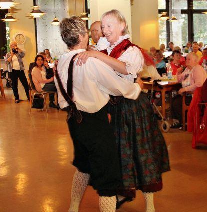 Die Tanzgruppe der Egerländer Gmoi aus Hofheim erfreuen die Besucher des Sommerfests im Alten- ...