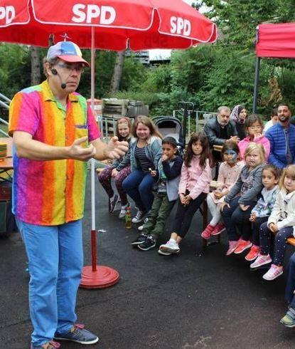 Mr. Kunterbunt bringt die Gesichter der Kinder zum Strahlen.