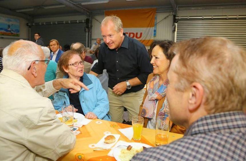 Peter Uebel (Mitte) im Gespräch mit (v.l.) Anton und Maria Malolepski sowie Anja und Andreas ...
