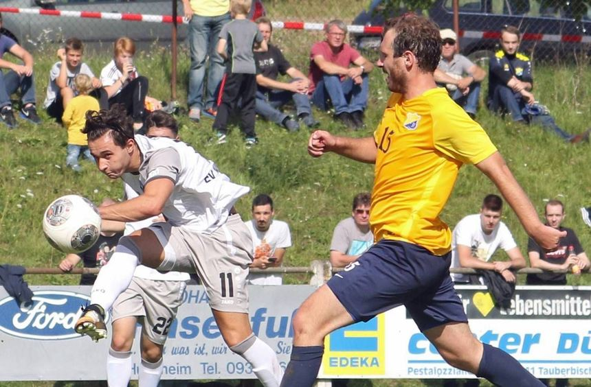 Trotz aussichtsreicher Position verzog in dieser Szene Waldhofs Andreas Ivan (links) den Ball.