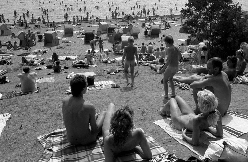 Dutzende Nudisten sonnen sich auf diesem Archivfoto aus dem Jahr 1986 am Müggelsee in Ostberlin.