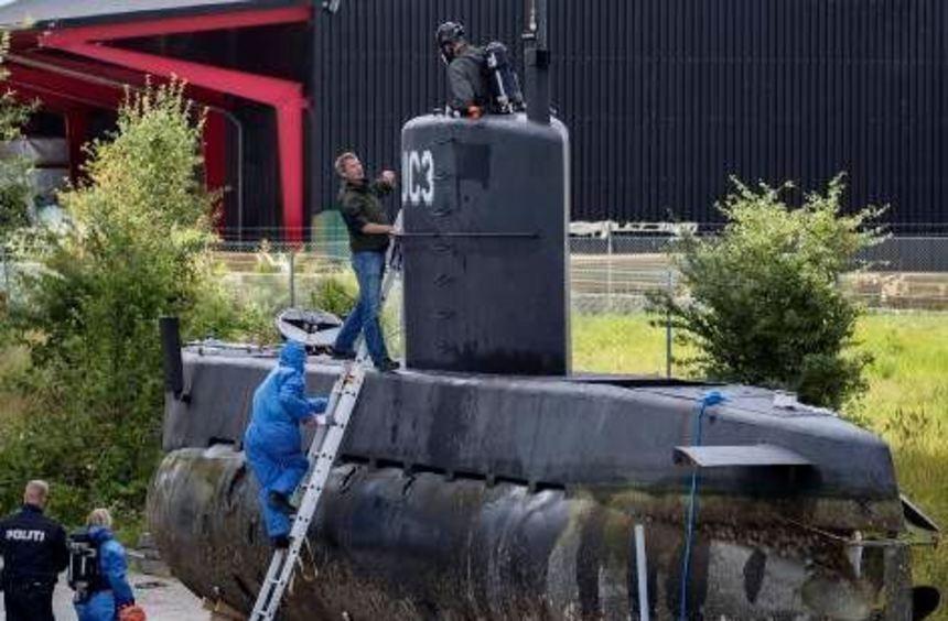 "Polizisten inspizieren in Kopenhagen das geborgene U-Boot ""Nautilus""."