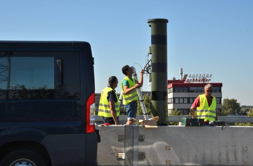 Im Herbst 2016 haben Arbeiter die Radar-Säulen in der Autobahnbaustelle der A 656 aufgestellt. ...