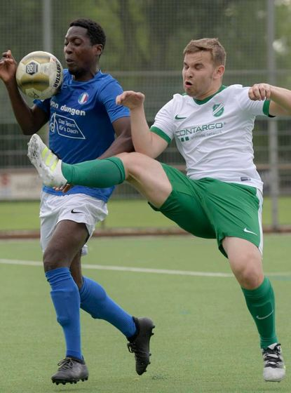 Zweikampf im Lampertheimer A-Liga-Derby: Azzurri-Spieler Joel Makamba (l.) gegen Leon Holzinger vom ...