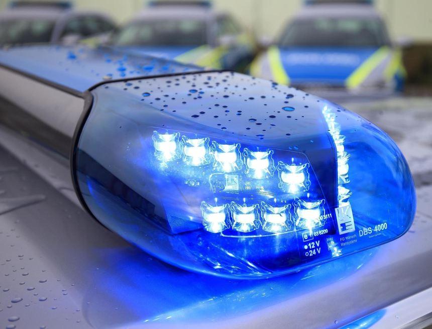 Blick auf das Blaulicht eines Funkstreifenwagens (Symbolbild)